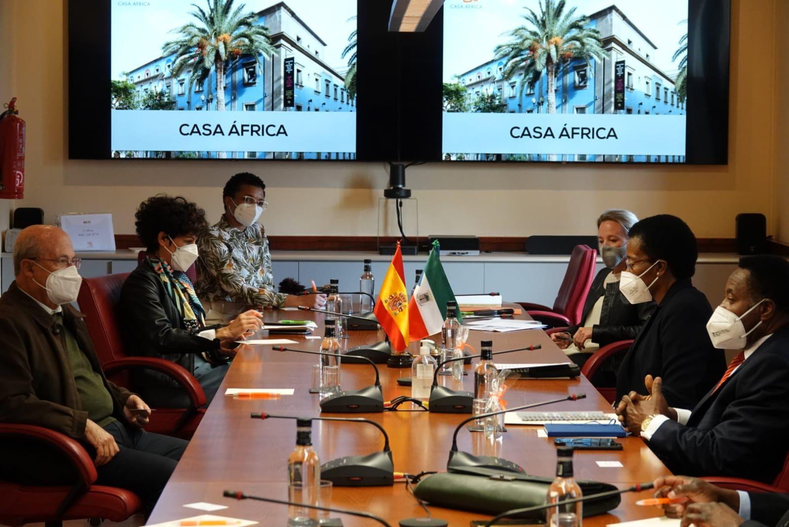 El embajador de Guinea Ecuatorial en España visita Casa África. Aquí la delegación en la Sala del Consejo de Casa África, donde conocieron los programas de la institución.