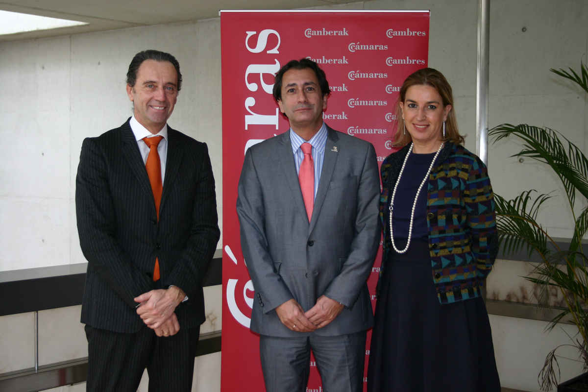 Casa África's Director General, with Javier Carretero and Carmen de Miguel.