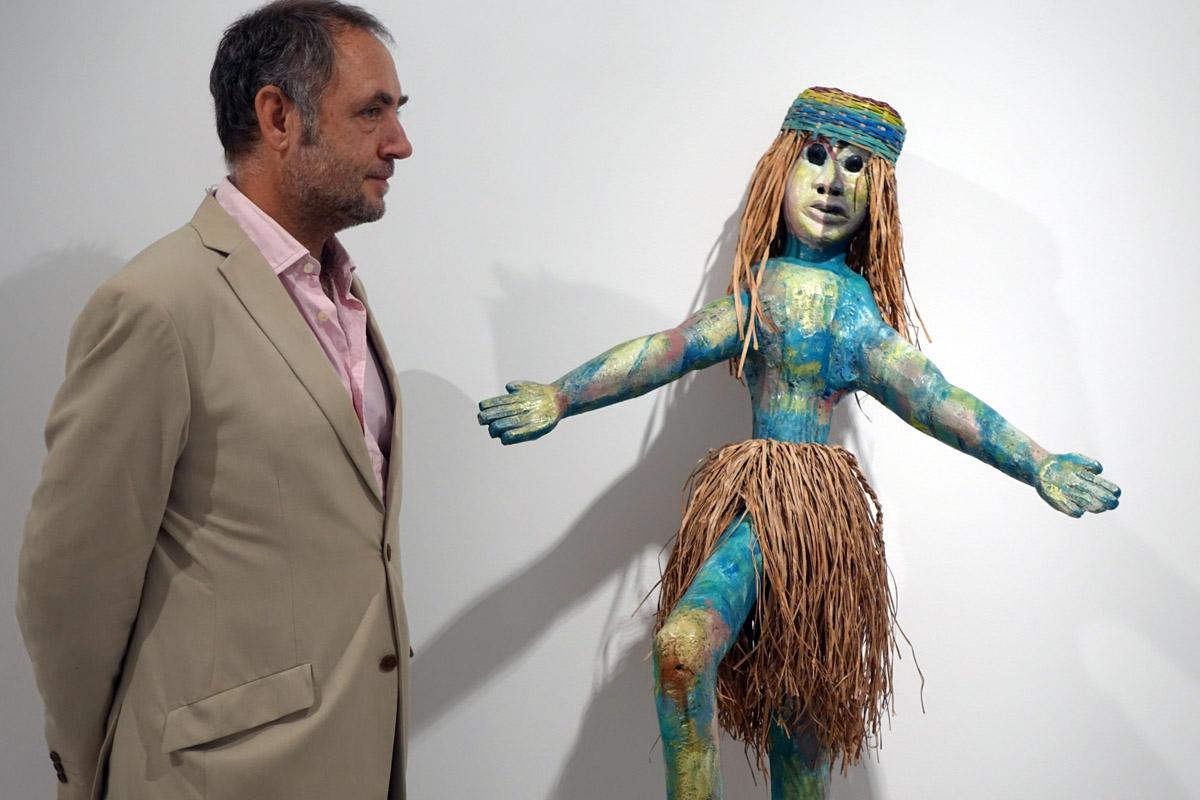 Kike León, frente a una de las esculturas de la exposición.