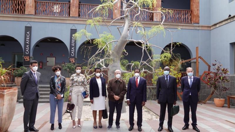 El embajador de Guinea Ecuatorial en España visita Casa África. La delegación, en el patio de Casa África, junto al director general, el secretario general y la gerente de la institución