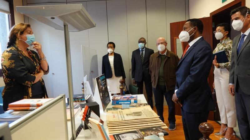 El embajador de Guinea Ecuatorial en España visita Casa África. Aquí la delegación en la mediateca de Casa África, que cuenta con numerosas publicaciones del país.
