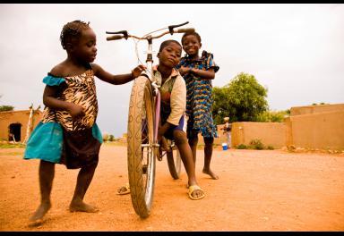 La relación entre una madre y su hijo, las miradas cómplices de unos niños y la esencia isleña de Gorée, ganadoras del I Concurso Fotográfico 'Objetivo África'