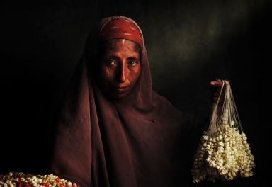 El retrato de una vendedora de jazmines egipcia gana «Objetivo África»